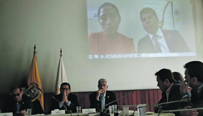 Versión. Diana Falcón, junto a su abogado Diego Chimbo, compareció ante la Comisión Tripartita de la Asamblea que investiga la conducta de Espín.