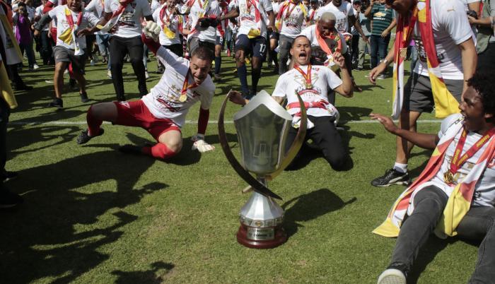 Tradición. Los jugadores de Liga de Quito celebraron el título de campeones nacionales con el piscinazo en el arco sur del estadio Rodrigo Paz Delgado.