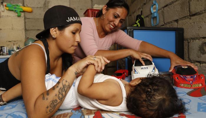 Antes de que Sebastián naciera, Ámbar y Dora empezaron la construcción de su vivienda, ubicada en la vía a Durán, para que su hijo tuviera un hogar seguro donde criarse. Dora es ingeniera en sistemas y auxiliar de enfermería; Ámbar, ama de casa.