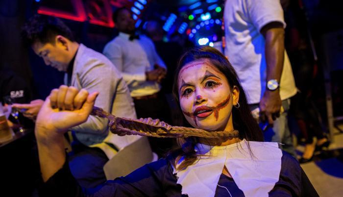 Una mujer disfrazada asiste a unas celebraciones por Halloween en Lan Kwai Fong en Hong Kong, China.