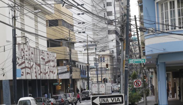 Casco central. En la calle Luis Urdaneta el espacio aéreo aparece bordado de cables. La mayor parte son líneas telefónicas en uso.