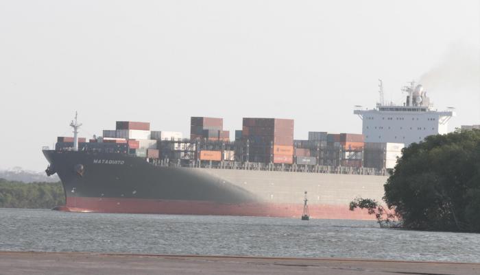 Las condiciones de seguridad bajo las cuales deben ingresar los buques -cada vez más grandes por la profundización del canal- deben ser de su competencia, manifiesta la Armada del Ecuador.