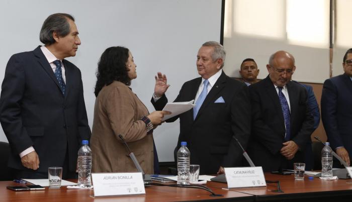 Acto. Roberto Passailaigue es posesionado como presidente de la Comisión Interventora, ante Vélez y Bonilla.