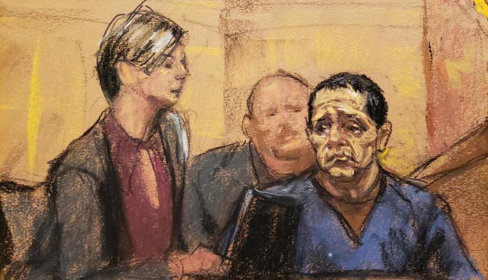 """Tirso Martínez-Sánchez se sienta con un intérprete de la corte mientras testifica durante el juicio del acusado narcotraficante mexicano Joaquín """"El Chapo"""" Guzmán en Nueva York."""