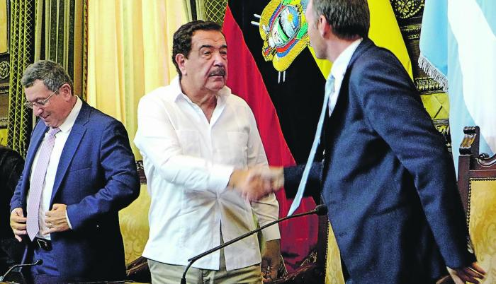 La firma. Jaime Nebot, alcalde de Guayaquil y Dominic Louis de Prins de CGU S.A.,  celebran el acuerdo.