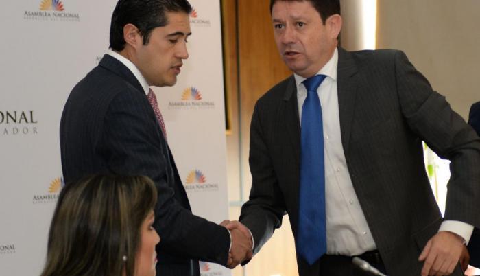 Sesión. El ministro Richard Martínez es recibido por Esteban Albornoz.