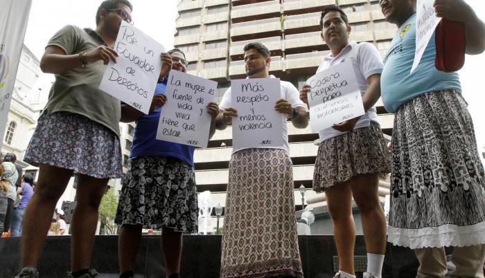 Un grupo de hombres marcharon con carteles por las calles de Guayaquil para exigir justicia frente a la violencia de género.