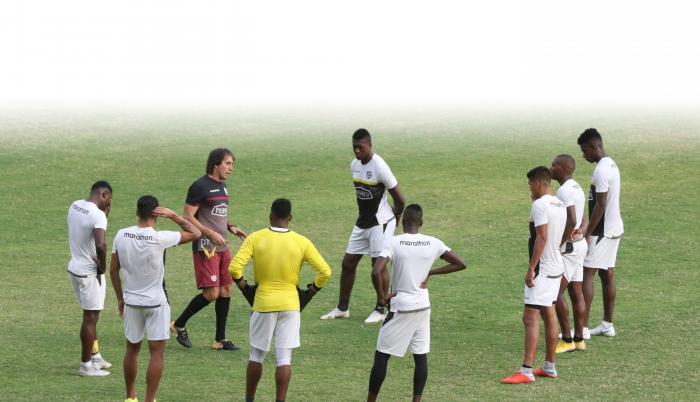 Entrenamiento. Almada habla con sus dirigidos en una práctica de esta semana. Los toreros necesitan los tres puntos contra Emelec.
