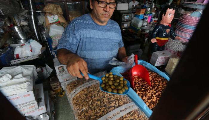 Comercial Tapia. José Bermeo, administrador del local, muestra los ingredientes para el relleno de pavo.