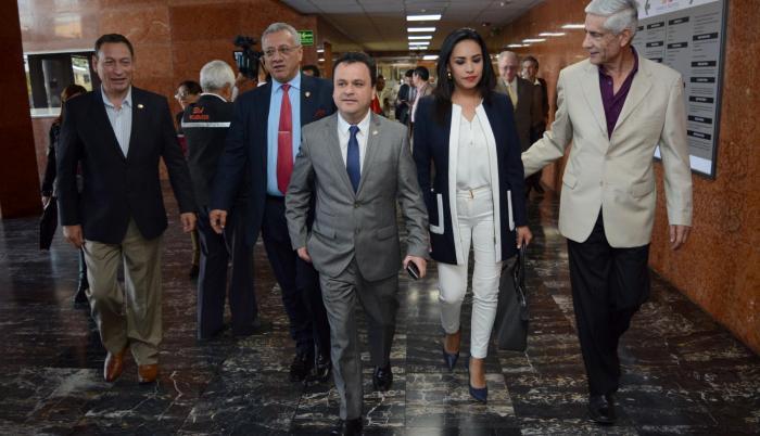 Denunciante. Los legisladores de CREO César Carrión, Fernando Flores, Esteban Bernal, Jeannine Cruz y Fernando Callejas, ayer, en la Asamblea.