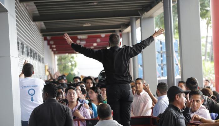 Anuncio. Uno de los guardias del Centro de Convenciones de Guayaquil informa que no hay espacio en el interior para más personas.