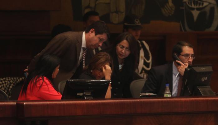Economía. Elizabeth Cabezas, Esteban Albornoz y Ximena Peña hablan durante el debate de la proforma presupuestaria para el próximo año.