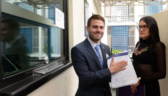 Escrito. Felipe Rodríguez exhibe el escrito que presentó ayer en la Fiscalía para denunciar a Norma Vallejo.