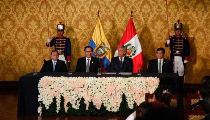 Vizcarra fue recibido a primera hora de este jueves, sobre la pista de aterrizaje, por el ministro de Exteriores ecuatoriano, José Valencia.