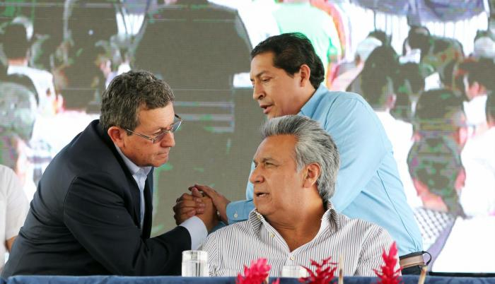 Babahoyo. El ministro Aurelio Hidalgo y el prefecto Marco Troya conversan con el presidente Lenín Moreno.