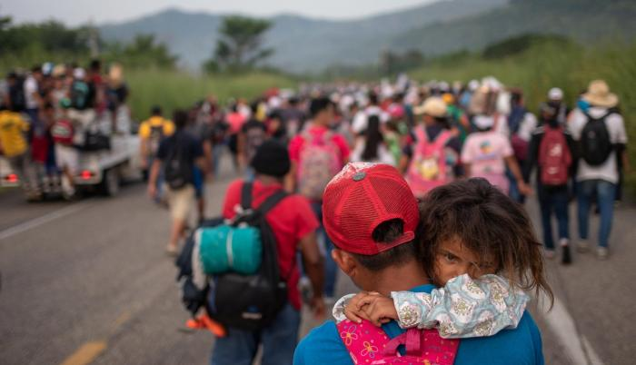 Chiapas. Un hondureño carga a su hija Allison, de 4 años, mientras camina en medio de una caravana.