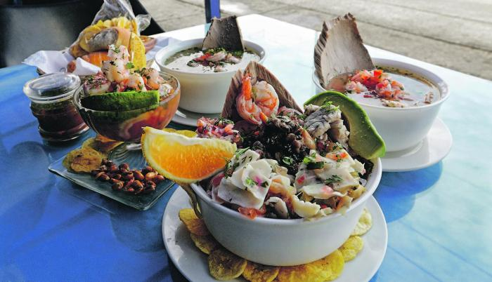 Mariscos. Encebollado y ceviches del local El colorado de la bahía, uno de los ganadores de la feria gastronómica Raíces.