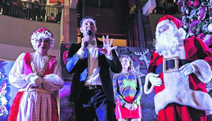 Mall del Sur. El público visitante disfrutó la noche del jueves de animadores, bailarinas y personajes navideños.