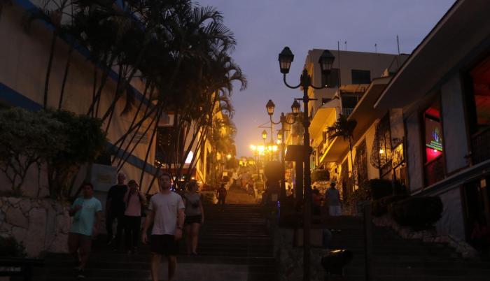 Oscuridad. Así lucía anoche la entrada del cerro Santa Ana. Las primeras luminarias estaban apagadas.