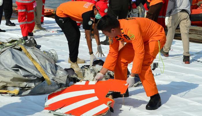 Unos 160 efectivos de salvamento, que han acudido desde las provincias de Yakarta, Lampung y Bandung en varios barcos y helicópteros, buscan a las víctimas del accidente y las cajas negras del avión.