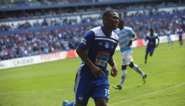 Goleador. Brayan Angulo, delantero de Emelec, celebra uno de sus dos goles frente a Guayaquil City en el estadio Capwell. El Cuco suma 17 tantos en el torneo nacional.