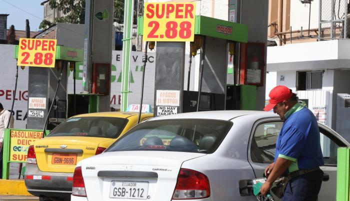 El gobierno elevó en agosto último el valor del galón americano de gasolina súper (92 octanos) como una medida para paliar las dificultades económicas.