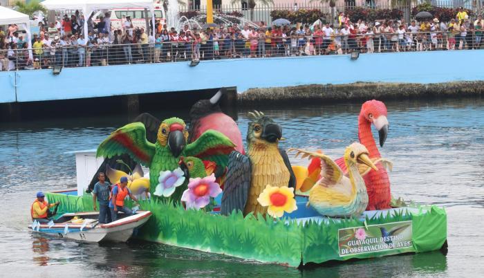 Una de las carrozas rindió homenaje a la diversidad de aves endémicas de Guayaquil y no solo a las que habitan en el manglar, sino también a las que están en los bosques protegidos.