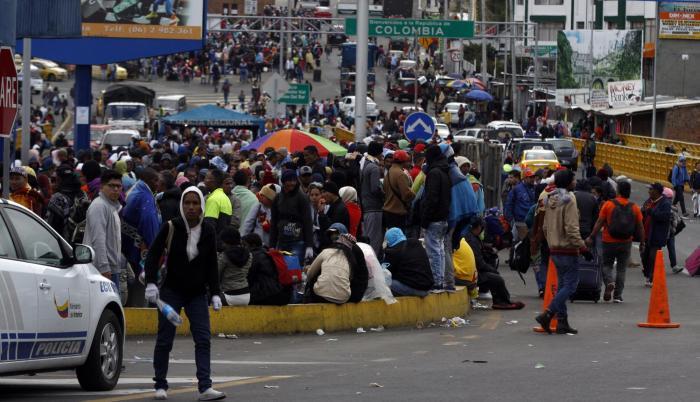 Migrantes venezolanos en el puente de Rumichaca.