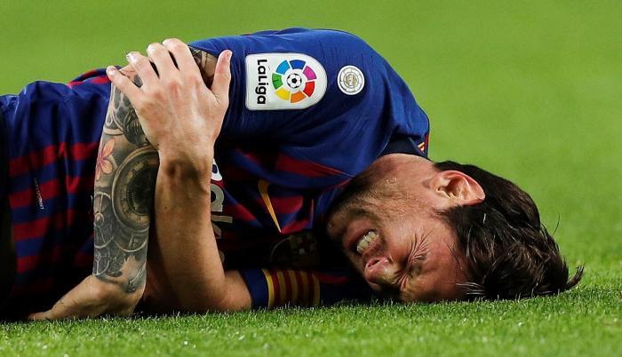 El delantero argentino Leo Messi tras fracturarse en el encuentro correspondiente a la novena jornada de primera división que disputaron frente al Sevilla, en el estadio del Camp Nou, en Barcelona.