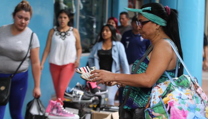 Renexi Gutiérrez, venezolana, licenciada en Administración de Empresas, vende alpargatas en la bahía de Guayaquil. Dice que ya tiene visa y que ha mandado hojas de vida a varias compañías.