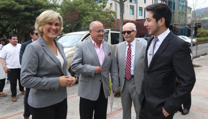 Es un economista y político quiteño que cumplirá 60 años el 18 de enero de 2019. Fue ministro de Finanzas y embajador de Ecuador en Estados Unidos, en el Gobierno de Lucio Gutiérrez. Fue candidato a vicepresidente por el Partido Social Cristiano.