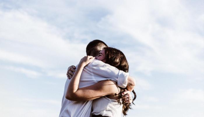 Los abrazos provocan que el organismo libere sustancias como oxitocina y dopamina, que generan sensaciones de bienestar.