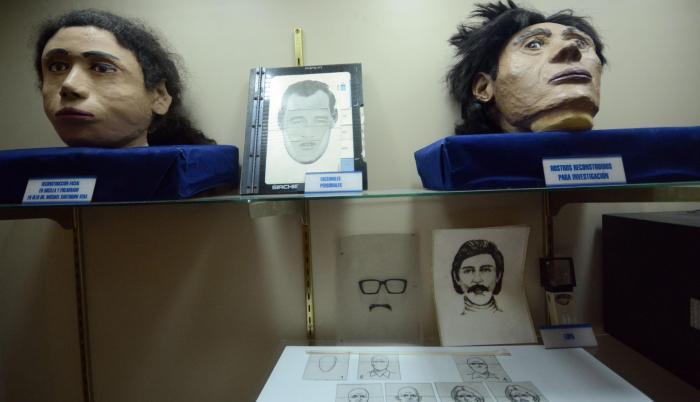 Identikits. Rostros reconstruidos de delincuentes son parte de los objetos de la galería ubicada en Quito.