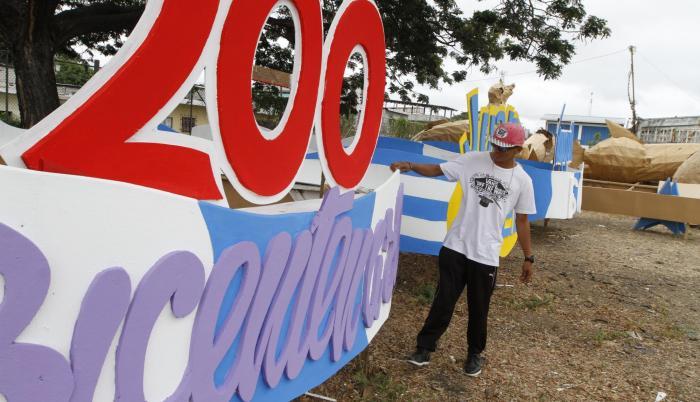 Artesanos trabajaban ayer en los detalles y decoración de las carrozas que desfilarán el martes 9 de octubre. A la cabeza irá la que hace alusión al Bicentenario.