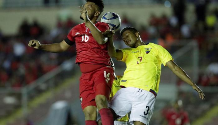John Narváez (d) de Ecuador disputa el balón con Rolando Blackburn de Panamá.