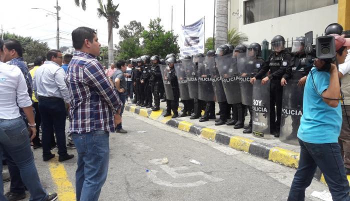 Desde ayer la Policía custodia el edificio del rectorado de la Universidad de Guayaquil.