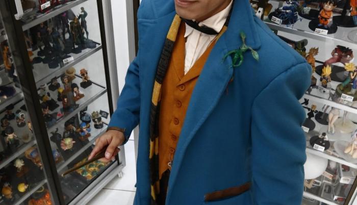 Andy Pérez interpretando a Newt Scamander y con su amigo Picket.