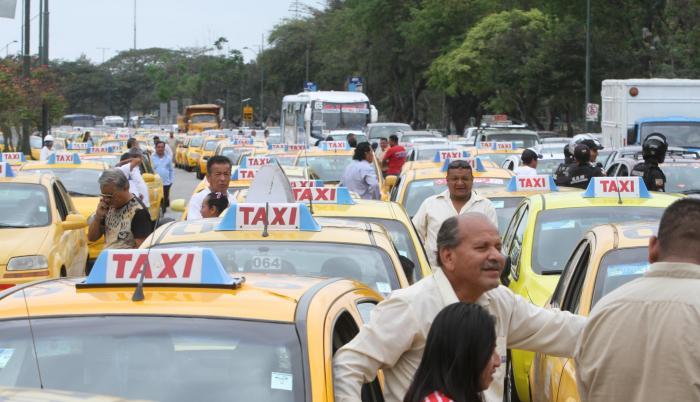 Aglomeración. La avenida del Bombero fue uno de los puntos conflictivos por la movilización pacífica de los taxistas regulados.