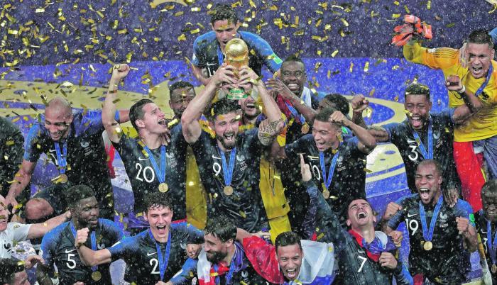 Francia, con el mundo a sus pies. Tuvieron que pasar 20 años para que la selección francesa de fútbol goce otra vez en un Mundial de la ansiada corona. Con Didier Deschamps a la cabeza, además de intérpretes en el campo como los ofensivos Antonio Griezman