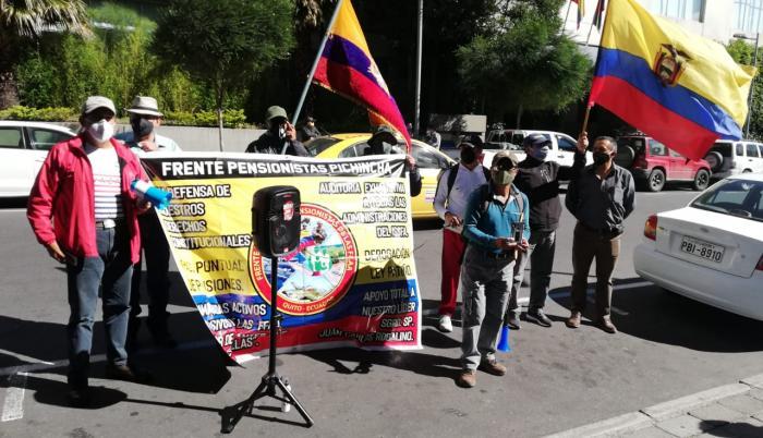 Un grupo de pensionistas protesta en los exteriores de la Fiscalía General, en Quito.