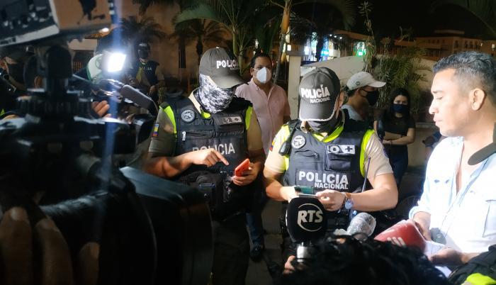 Operativo. La Policía multa a un hombre por no usar protección facial.