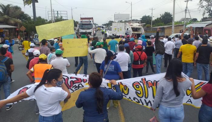 Trabajadores y alcaldes de la regional 5 de la AME participan en protestas en la vía Nobol-Guayaquil.