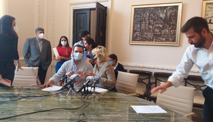 Cynthia Viteri y Josué Sánchez durante una reunión con representantes de las cámaras de producción.