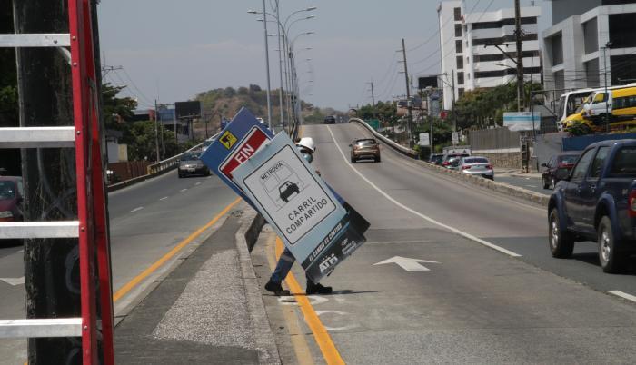 La Autoridad de Tránsito Municipal (ATM) colocó letreros en la avenida Carlos Julio Arosemena.