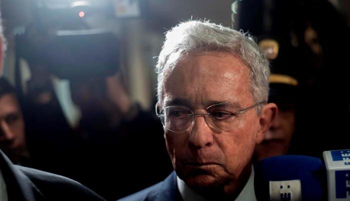 alvaro-uribe-renuncia-colombia-senador-paramilitares