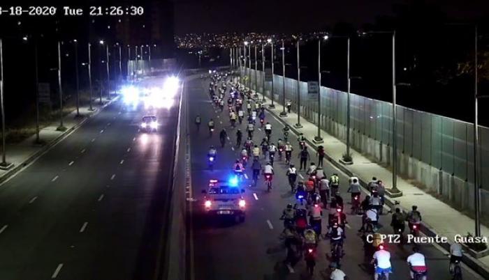Cerca de un millar de ciclistas rodaron hasta la entrada de la isla Mocolí.