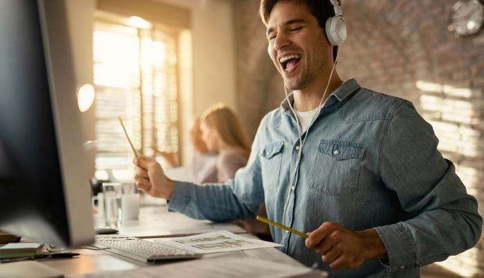 Hombre feliz mientras escucha música