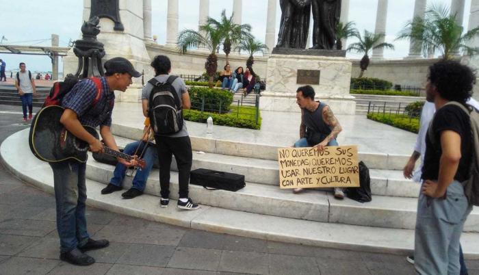 Un grupo de activistas, en el malecón, pidiendo usar el espacio público.