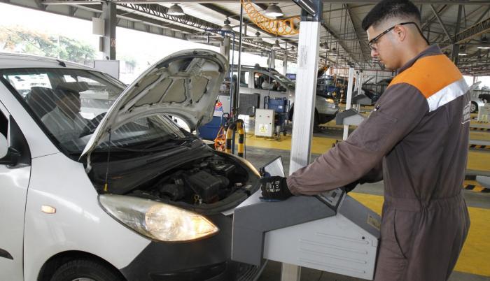 Un trabajador realiza la revisión vehicular en las instalaciones de la entidad.