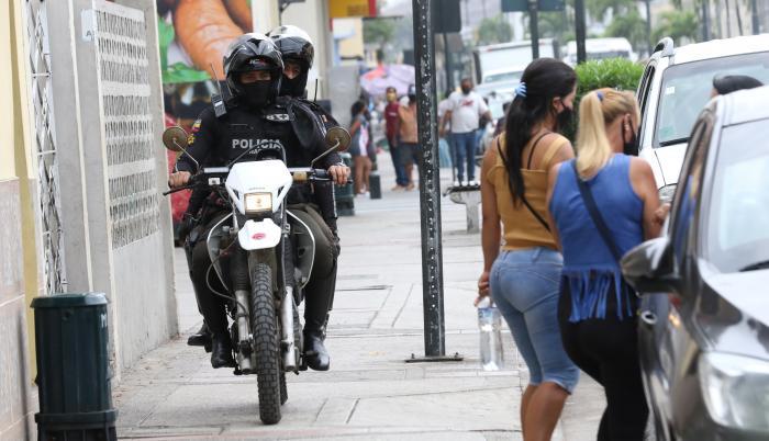 Trabajadoras sexuales se instalan a lo largo de la calle 17 a diario, pese a los controles.